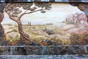 старинное старое художественное оформление фрески на стене, сельском пейзаже. evpa