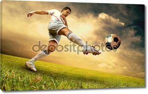 Счастье футбол игрок на поле стадиона olimpic на восход