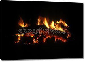 сжигая дрова в камине