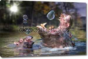 Бегемот и ее ребенок играет с мыльных пузырей