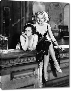 Портрет двух женщин сидящих на стойке бара