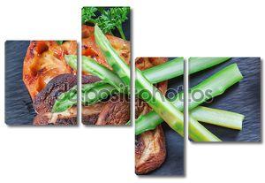 Восточное блюдо овощные суши и жареных грибов и помидоров
