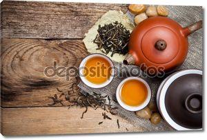 чашки чая с чайника на старый деревянный стол