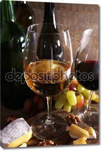 Стол с вином и фруктами