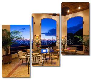 Красивый внутренний дворик на закате
