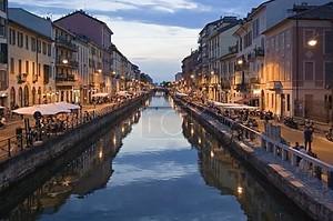 Главная ночь развлечений района Милана в сумерках