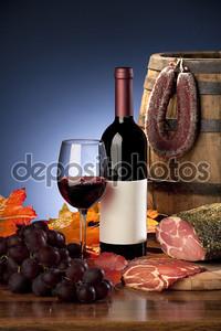 Натюрморт с вином и сосиски
