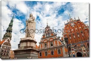 Дом Черноголовых, скульптура Святого Роланда и Святой Pet