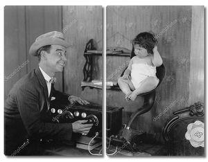 Отец с ребенком у старого радио