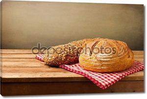 Свежий хлеб на скатерти
