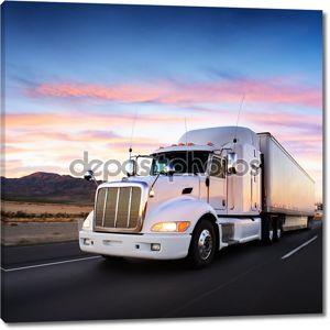 грузовик и шоссе на закате - транспорт фон
