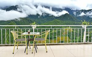 Столик на террасе с видом на сопки