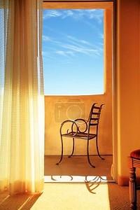 Элегантный металлический стул на солнечном балконе