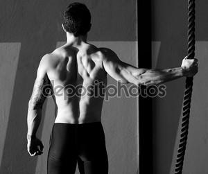 CrossFit тренажерный зал человек, держащий руку альпинистская веревка