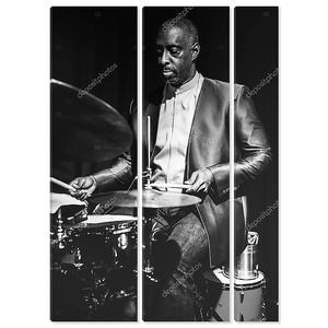 африканских барабанщик на сцене, черный и белый