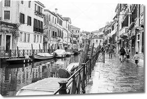 Венеция, Италия - 30 апреля 2015 года. Типичный цикл вид в дождливую погоду. Улица канал и старинных зданий на берег. Черно-белое изображение
