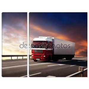 грузовик на шоссе и закате