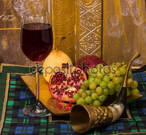 Натюрморт с красным вином и фруктами