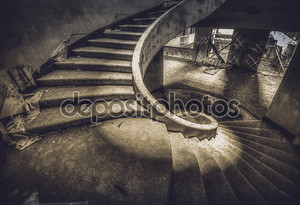 Винтовая лестница внутри заброшенный отель