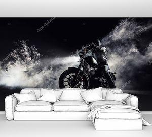 Мощный мотоцикл ночью в тумане