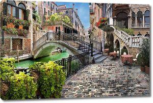 Прекрасная улочка с маленьким мостом