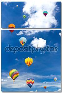Красочные воздушные шары против голубого неба
