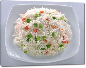 Рис и овощами в белой тарелке