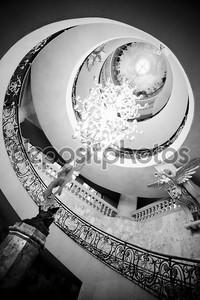 Роскошная винтовая лестница на черный и белый