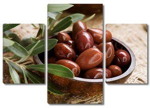 Тарелка с аппетитными оливками