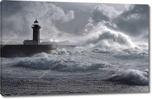 Штормовые волны над маяком