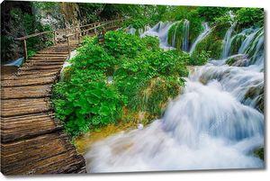 Водопад и старый дощатый мост