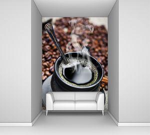Черная кружка с горячим кофе