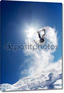 Сноубордист делает сальто