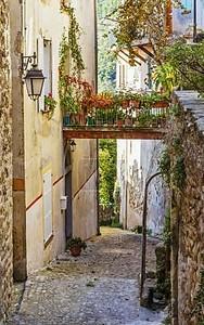узкая улица с цветами в старой деревне coaraze во Франции