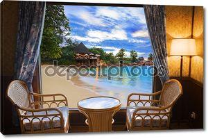 Столик у окна с видом на пляж