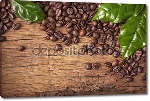 кофе в зернах и зеленые листья