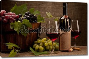 Бутылки вина и виноград