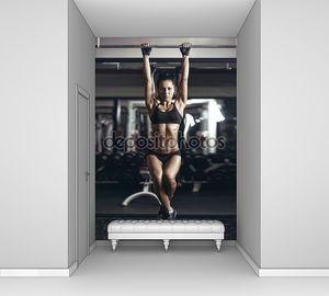 Сексуальная Молодая фитнес девушка тянет вверх в тренажерном зале. брюнетка фитнес женщина в черном спортивная одежда с тела идеальный фитнес в тренажерном зале, выполняя упражнения на турнике