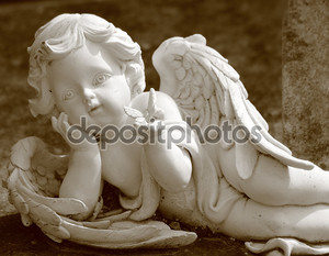 маленький ангел с бабочкой, статуя в сепии