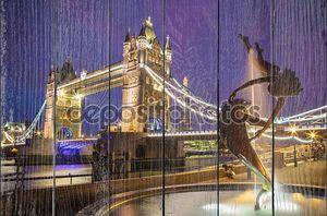 Леди и Дельфин фонтан с Тауэрский мост ночью, Лондон, Великобритания