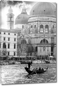 Гондола на канале в Венеции