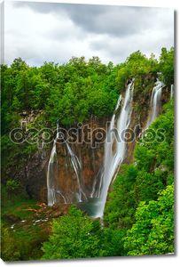 Водопады на фоне зеленых лесов