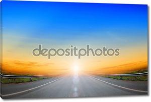 дорога идет вверх и голубое небо.