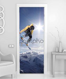 Сноубордист летает в горах