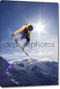 Сноубордист летает на горы. Экстремальный спорт.