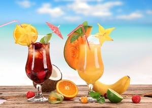 Два освежающих коктейля с фруктами