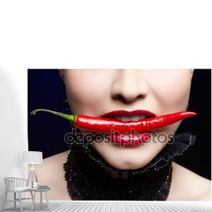 Красивая девушка с красным перцем