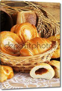 Натюрморт с хлебом в плетеной корзине