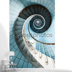 Винтовая лестница с синей плиточной стеной