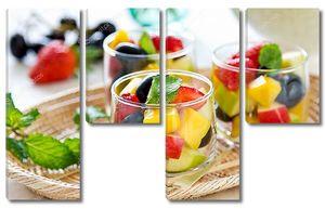 Фруктовый салат в стаканах